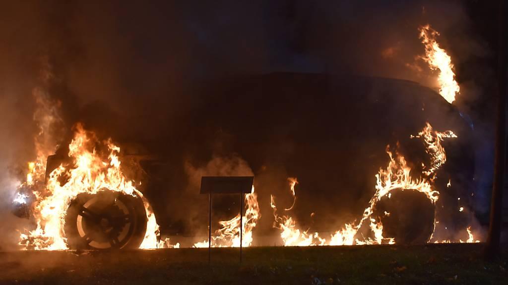 Auto brennt komplett aus – Luzerner Polizei sucht Zeugen