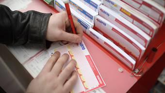 Richtig ausgefüllt: der aktuelle Lotto-Jackpot von 29,2 Millionen Franken wurde am Mittwochabend von einem Glückspilz aus der Deutschschweiz oder dem Tessin geknackt. (Archivbild)