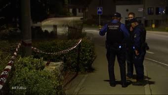 Der Leichnam wurde am Tag nach der Tat gegen halb acht Uhr gefunden. Verdächtigt wird der 26-jähriger Mitbewohner des Opfers. Die Männer fielen im Dorf als ruhige Personen auf.