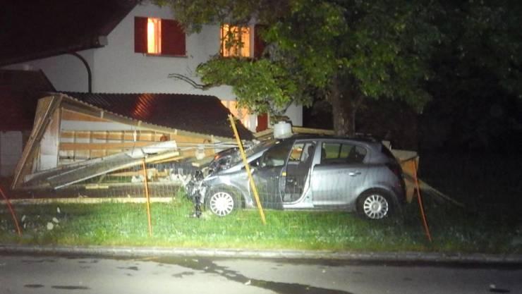 Ein Autofahrer ist im thurgauischen Hefenhofen mit seinem Fahrzeug von der Strasse abgekommen und in einen Hühnerstall gefahren.