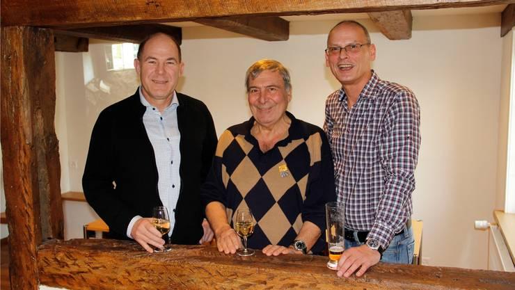 Regierungsrat Anton Lauber, Wirt Michele Cuomo und Niggi Wirz (Präsident der Genossenschaft «Freunde des Landhus») in der Stube im oberen Stock.