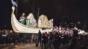 Nach dem Festakt schickte die Monarchin einen Umzug mit leuchtenden Wikingerschiffen vom Konzerthaus auf den Weg zum Hafen. Tausende Menschen gingen mit.