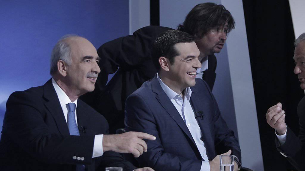 Syriza-Chef Alexis Tsipras (Mitte) und sein Herausforderer Evangelos Meimarakis (links) massen sich zusammen mit Spitzenkandidaten anderer Parteien in einer Fernsehdebatte. Ein klarer Sieger gab es nicht.