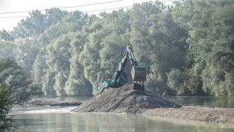 Arbeitsplatz mitten im Fluss: Rund 500 Meter oberhalb der Brücke in Werd wird Kies aus der Reuss gebaggert.