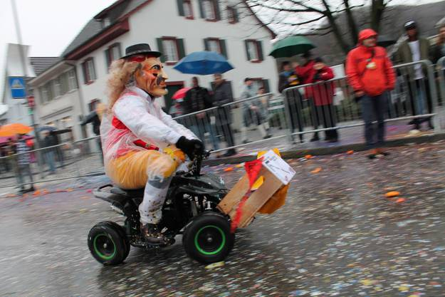 Die Süess-Winkel-Strizzi machen mit ihren Quads den Umzug unsicher. Aber Appenzeller Bauern fahren wohl einfach so...