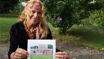 Ziel erreicht: Marielle Furter mit einer Foto des stattlichen Kindergartengebäudes. sl