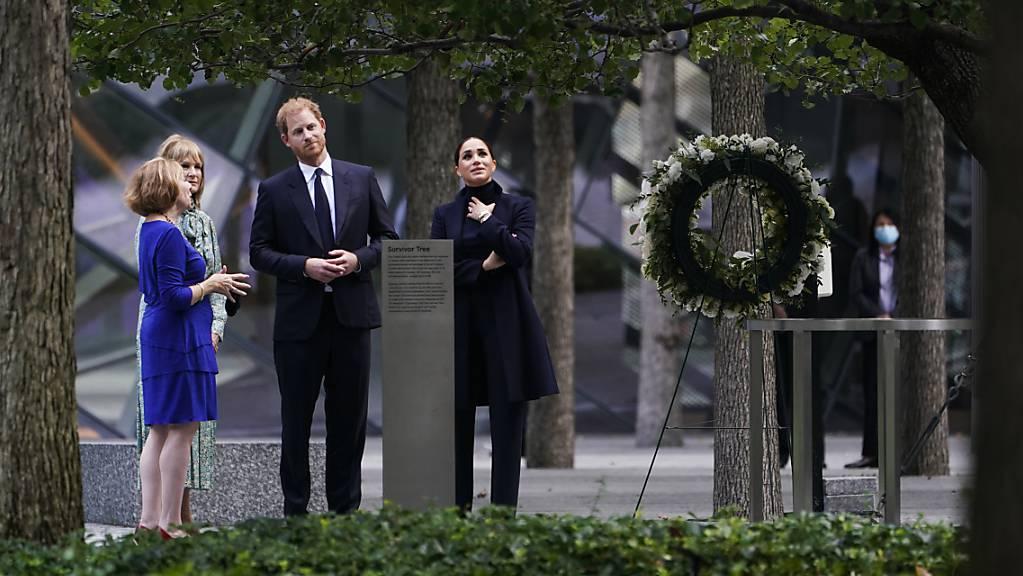 Prinz Harry (2.v.r) und Meghan Markle (r), Herzog und Herzogin von Sussex, besuchen das National September 11 Memorial  Museum in New York. Foto: Seth Wenig/AP/dpa