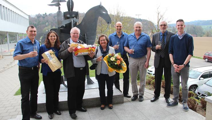 Agatha und Markus Hofmann (Mitte) wurden vom gesamten Gemeinderat plus Gemeindeschreiber herzlich im Dorf willkommen geheissen. Andrea Weibel