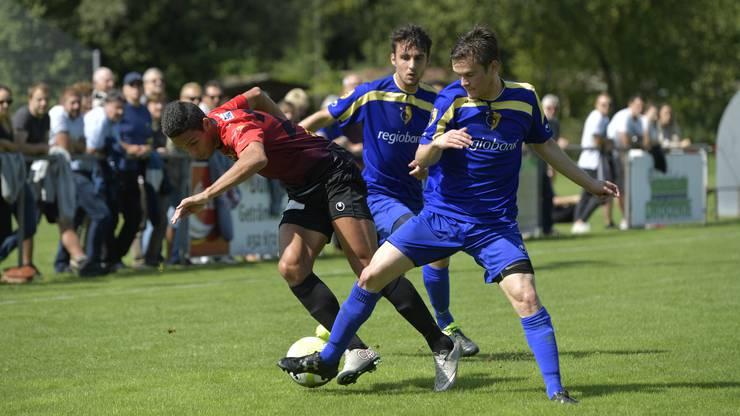 2. Liga Inter Fussball: FC Biberist - Wangen bei Olten Wangens Rosa Tardin Douglas setzt sich gegen Biberists Dario Emch und Jäggi Patrick durch.