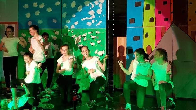 Liebevoll gestaltetes Bühnenbild mit humorvoll inszenierten Szenen, ein Merkmal der Theateraufführung.