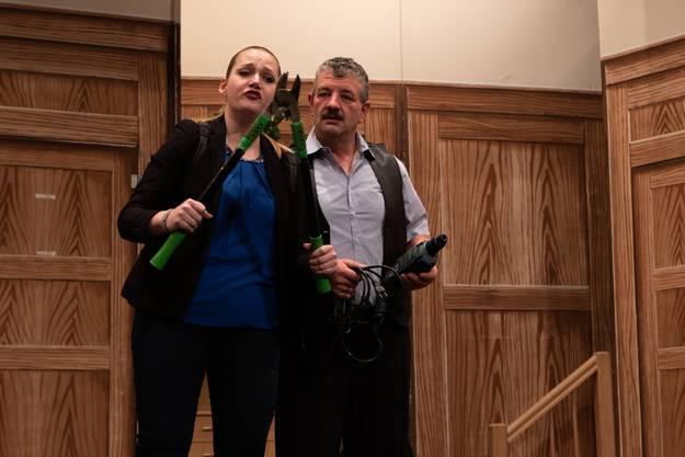 Sie holen sich, was ihnen gehört: Albert und HedyNeuenschwader (gespielt von Cäcilia Graber und Ueli Burren) nutzen die Abwesenheit ihrer Nachbarn zu ihren Gunsten.