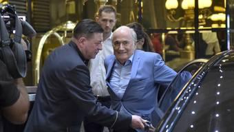 Sepp Blatter vor seinem Hotel in Moskau