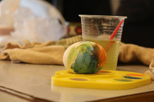 Fleissig werden 60 Eier gefärbt, angemalt und verziert.