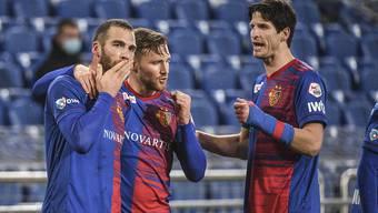 Der Mann des Spiels, Pajtim Kasami, mit Assistgeber Silvan Widmer und Torschütze Timm Klose.