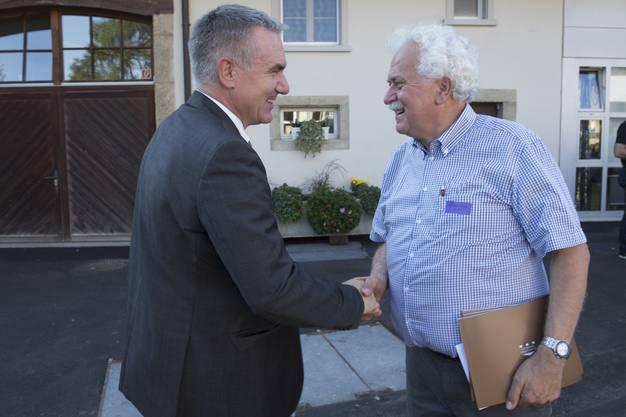 Regierungsrat Alex Hürzeler begrüsst den Heimleiter