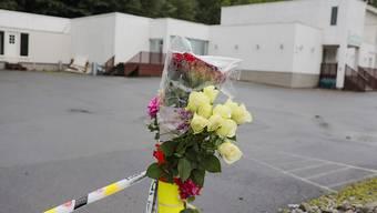 Blumen ausserhalb der Al-Noor-Moschee in Baerum bei Oslo nach der Attacke im August 2019. (Archivbild)