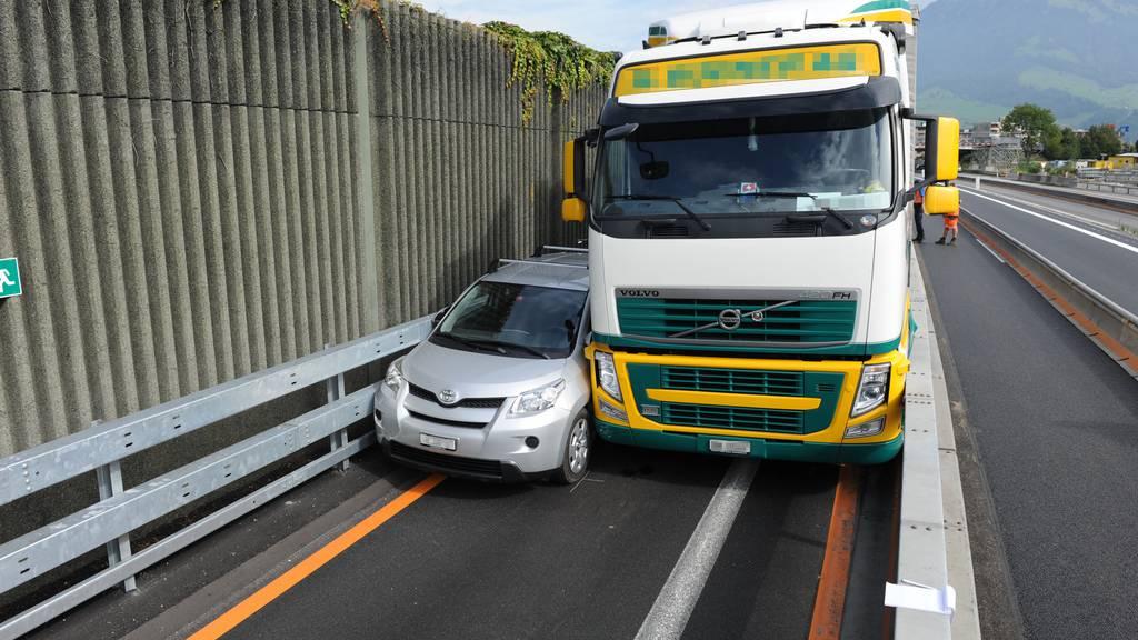 Auto und Lastwagen ineinander verkeilt