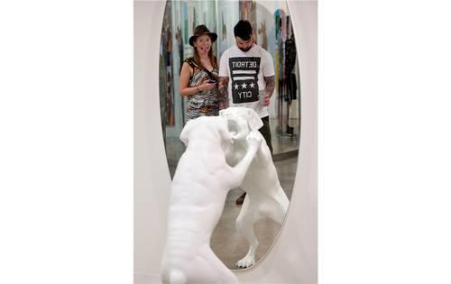 Die Hundeskulptur vor dem Spiegel provoziert Reaktionen.