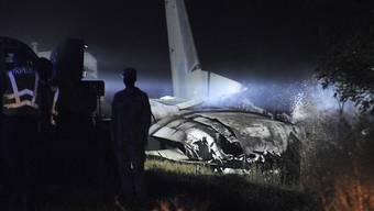 Das Wrack des Militärflugzeugs Antonow AN-26 wird von einer Lampe angestrahlt. Foto: -/AP/dpa - ACHTUNG: Nur zur redaktionellen Verwendung und nur mit vollständiger Nennung des vorstehenden Credits