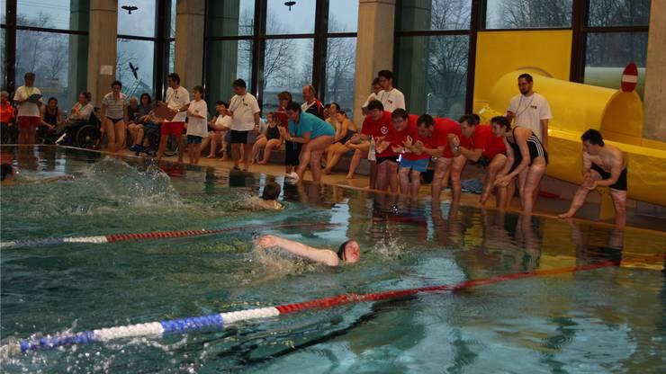 Mit viel Begeisterung feuert das Publikum die Schwimmer im Tägerhard an.