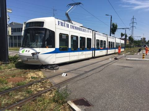 An der Kreuzung Zürich-/Hochbordstrasse in Dübendorf kam es bereits Mitte Juni zu einer Kollision zwischen einem Tram und einem Velofahrer. Der 16-Jährige Velofahrer wurde dabei schwer verletzt und musste mit einem Rettungswagen ins Spital gefahren werden.