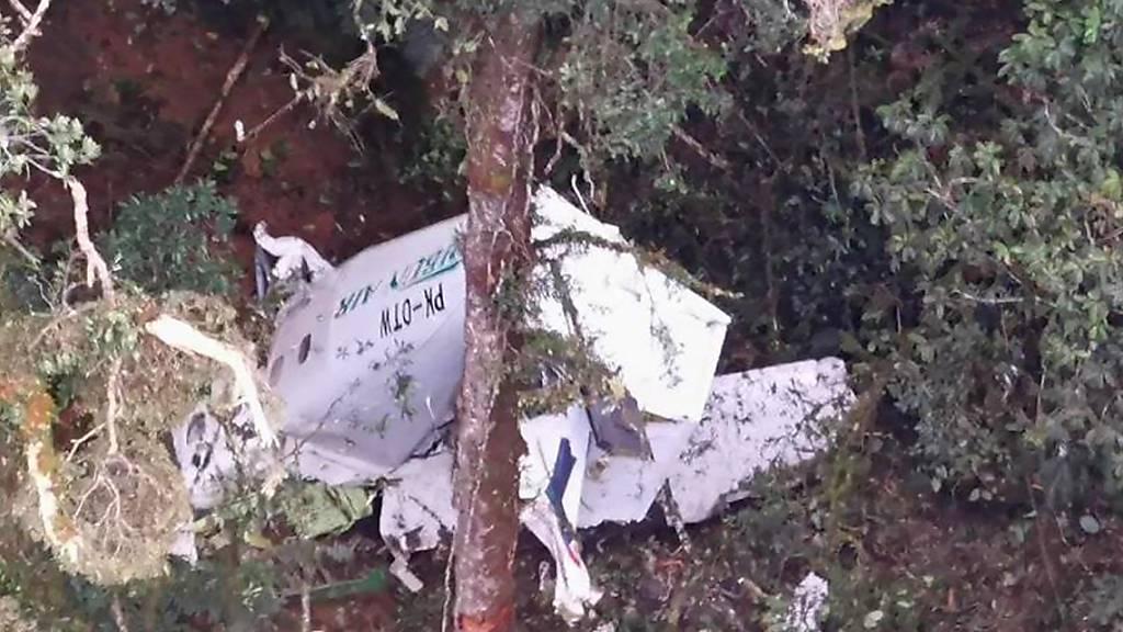 HANDOUT - Auf dem von der Nationalen Such- und Rettungsbehörde Indonesiens (BASARNAS) veröffentlichten Foto ist das Wrack eines kleinen Frachtflugzeugs der Rimbun Air von einem Rettungshubschrauber aus in den Bergen nahe Intan Jaya in der indonesischen Provinz Papua zu sehen. Foto: Basarnas/BASARNAS/AP/dpa - ACHTUNG: Nur zur redaktionellen Verwendung im Zusammenhang mit der aktuellen Berichterstattung und nur mit vollständiger Nennung des vorstehenden Credits