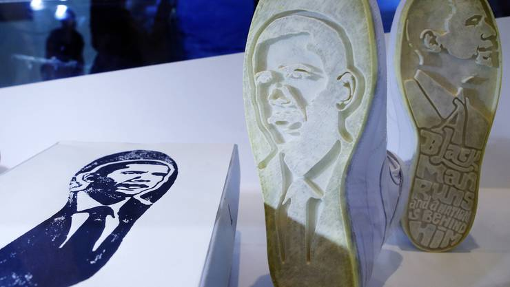 "Mit der ""Obama Force 1's"" von Jimm Lasser kann man Obama-Spuren hinterlassen. Ein Exponat in der Ausstellung ""Out of the Box: The Rise of Sneaker Culture"" im Brooklyn Museum of Art in New York."