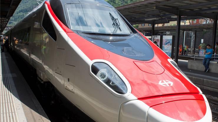 Sie haben die pannenanfälligen ETR470-Neigezüge mittlerweile abgelöst: Ein ETR610 am Bahnhof Bellinzona.