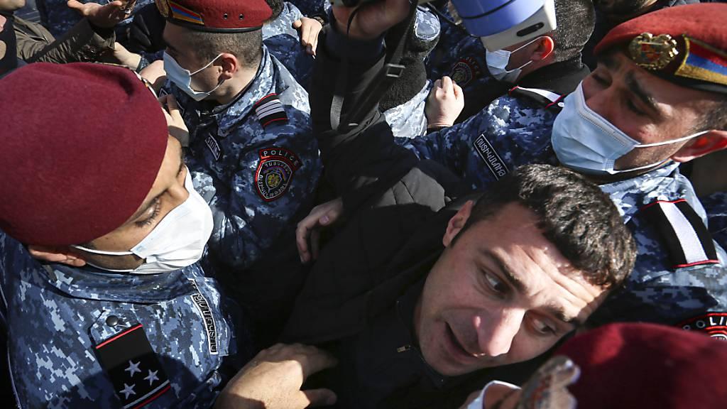 Die Polizei versucht einen oppositionellen Demonstranten während einer Kundgebung in Erwian, der Hauptstadt Armeniens, festzuhalten. Foto: Stepan Poghosyan/PHOTOLURE/AP/dpa