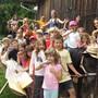 Die Kinder haben einen Riesenspass auf dem KiTi-Hof.