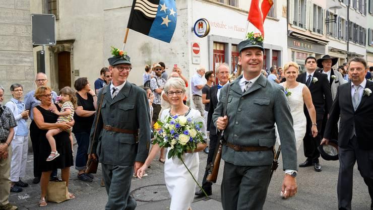 Die beiden Stadträte Jürg Baur (links) und Reto Wettstein begleiten Stadtschreiber Yvonne Brescianini in der Kadetten-Uniform bei ihrem letzten Rutenzug.