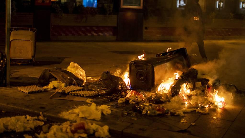 Ein Müllcontainer brennt in Madrid während eines Protests gegen die Ausgangssperre. Spanien ist eines der von der Corona-Krise am schwersten getroffenen Länder Westeuropas.