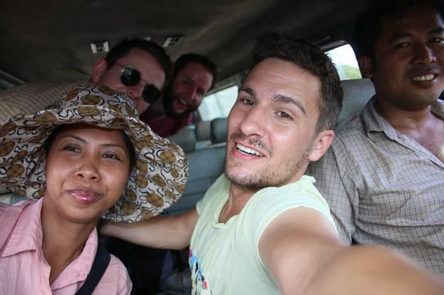 Von Srae Ambel nach Stadtrand. Dann beginnt die Herausforderung: Drei Männer am Strassenrand. Meine Freunde Christian und Alex alias Balu (hinten) sind zu Besuch.