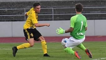 Old Boys Florian Müller (l.) scheitert am gegnerischen Goalie.