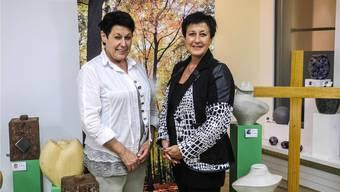 Doris Hochstrasser-Koch (links) und Karin Koch in ihrem Bestattungsinstitut in Wohlen. ARCHIV/DOMINIQUE BITSCHNAU