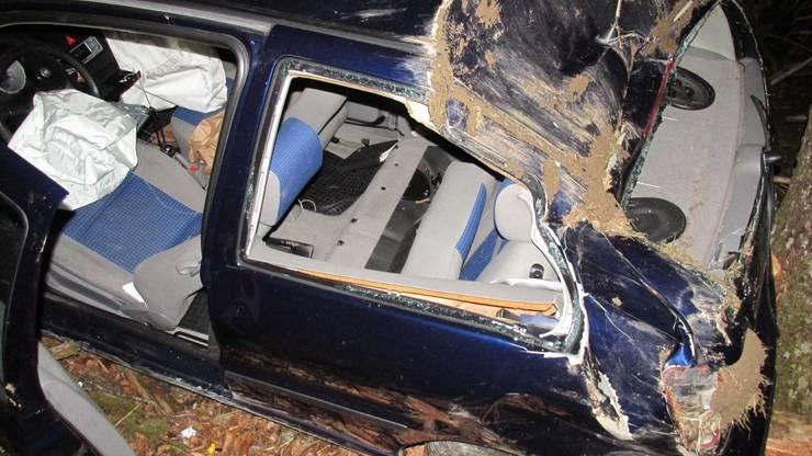 Bei einem Selbstunfall einer Autolenkerin in Glarus sind alle drei Insassinnen mittelschwer bis schwer verletzt worden. Der Wagen war von der Strasse geraten und abgestürzt. Gestoppt wurde das Gefährt von einem Baum.