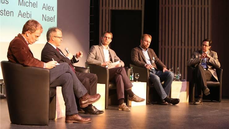 Energiegeladene Runde (v.l.): Nick Beglinger (Swiss Cleantech), Urs Näf (Economiesuisse), Marius Christen (Moderation), Michel Aebi (Präsident Unternehmerinitiative Neue Energie Solothurn), Alex Naef (Hess AG).