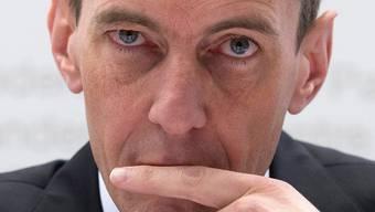Finma-Direktor Patrick Raaflaub will der Finanzbranche genauer auf die Finger schauen – jetzt hat die Branche den Spiess umgedreht. Key