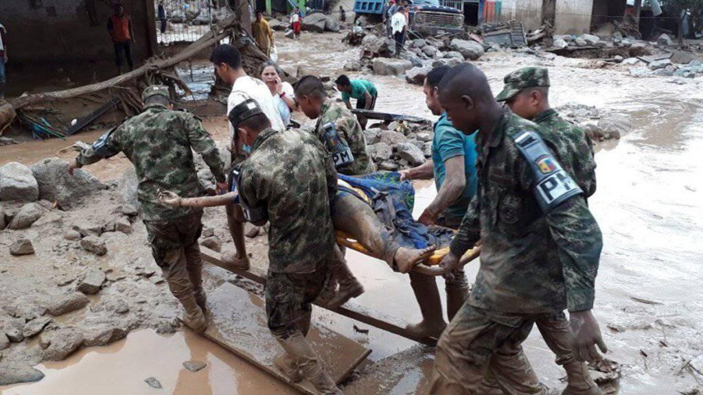 Nothilfe: Kolumbianische Soldaten evakuieren ein Opfer der Schlammlawine in Mocoa.