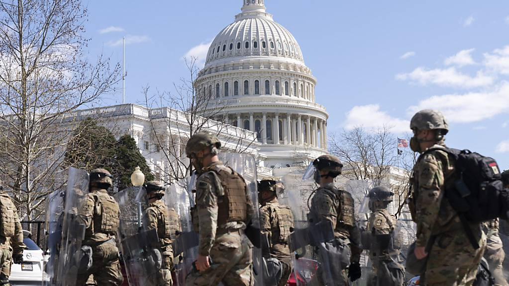 Soldaten der Nationalgarde verlassen das Gelände des Kapitols.