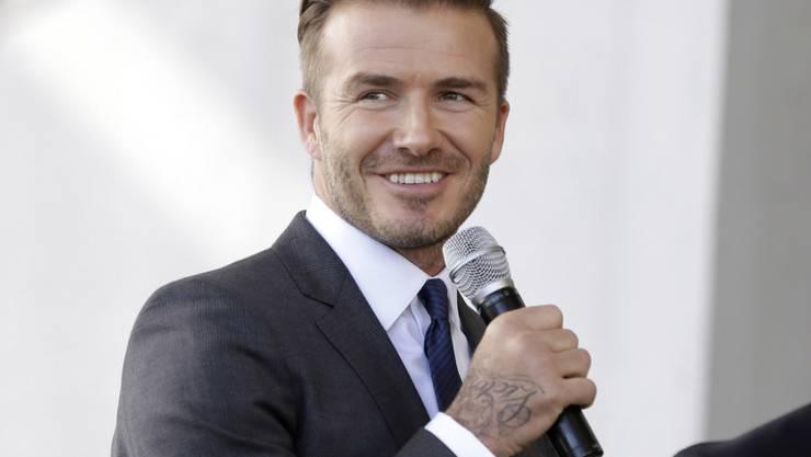 Der britische Ex-Fussballer David Beckham ist stolz auf seine Hände und die Tattoos, die sie zieren. (Archivbild)
