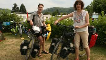 Bruno und Martine Hurel legen mit gut 60 Kilometern in den Beinen einen Halt in Bad Zurzach ein.