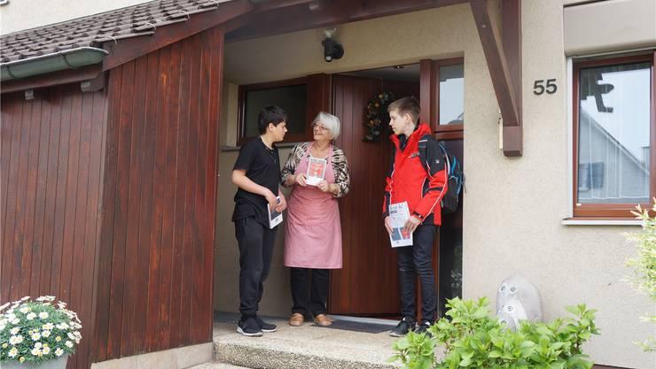 Lukas (12 ) und Luca (13) verkaufen einer Nachbarin eines ihrer Bücher.