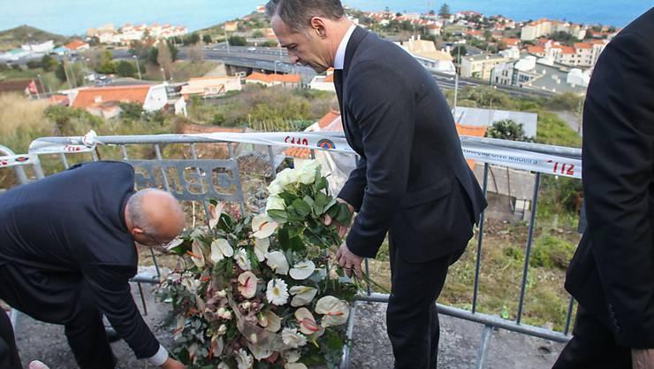 Der deutsche Aussenminister Heiko Maas (rechts) legt am Unfallort auf Madeira Blumen nieder.