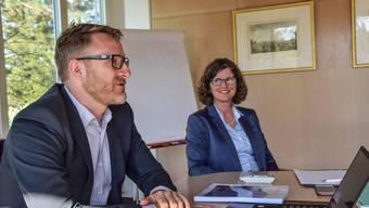 Gemeindeammann Arsène Perroud und Finanzministerin Ariane Gregor bei der Präsentation der Jahresrechnung.