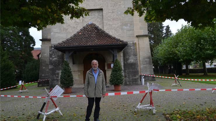 Werner Richner, Kirchenpflegepräsident, vor dem abgesperrten Haupteingang