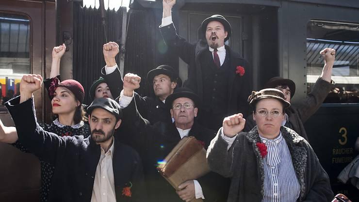 Der Schauspieler Dani Mangisch (oben) mimt Lenin. Die Zugfahrt des russischen Revolutionärs von Zürich nach St. Petersburg jährt sich am Sonntag zum 100. Mal.