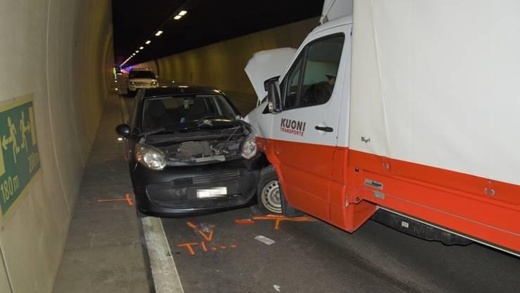 Ein 37-jähriger Lieferwagenfahrer ist am Freitagnachmittag im San Bernardino-Tunnel mit zwei Personenwagen kollidiert. Der Lieferwagenfahrer musste mit der Rega ins Spital geflogen werden. Der Verkehr war bis in die Abendstunden behindert.
