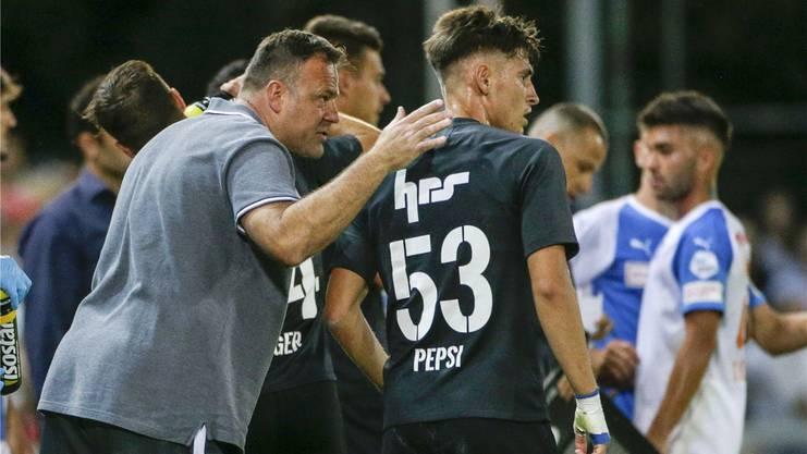FCA-Trainer Patrick Rahmen im Gespräch mit Gezim Pepsi, einem der Jungen, die hinter den Altstars mit den Hufen scharren