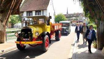 Korso mit sehr gut erhaltenen Oldtimer-Fahrzeugen in Bremgarten.
